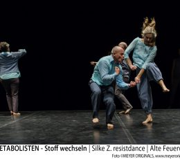 DIE METABOLISTEN - Stoff wechseln |  Silke Z. resistdance | Alte Feuerwache  Künstlerische Leitung / Choreographie: Silke Z. in Zusammenarbeit mit den Performern: Angus Balbernie, Lisa Kirsch, Marion Dieterle, Dong Uk Kim, Florian Patschovsky, Susanne Heck, Ulrike Lösch-Will, Charles Ripley, Caroline Simon, Gitta Roser, Malina Hoffmann, Josef Hofmann, Abine Leão Ka, Bettina Muckenhaupt Lichtdesign: Ansgar Kluge Sounddesign: André Zimmermann Administration: Brita Keller Management: Mechtild Tellmann Koproduziert von: Tanz-und Theaterwerkstatt Ludwigsburg, DansBrabant (Tilburg)